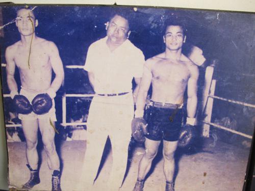 Lý Huỳnh (phải) trên sàn đấu võ thời trẻ. Trước đây, ông