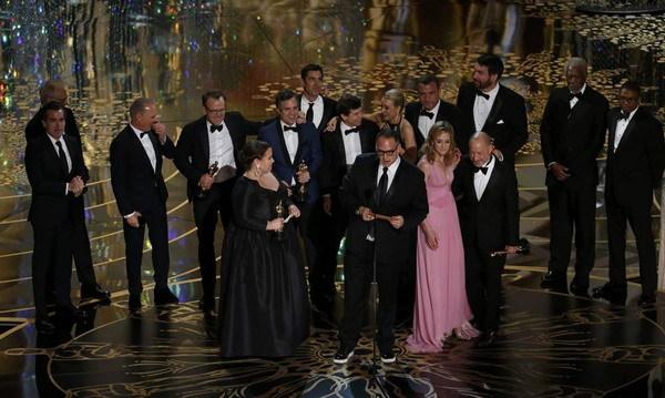 """Êkíp """"Spotlight"""" nhận giải """"Phim hay nhất"""" trên sân khấu."""