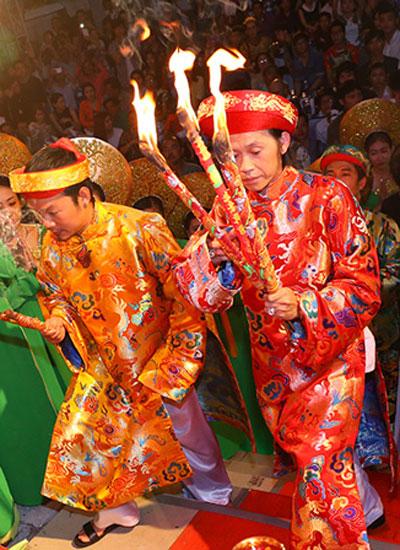 Danh hài Hoài Linh chủ trì buổi lễ cúng tổ của sân khấu Nụ Cười Mới vào ngày giổ Tổ sân khấu 2015 (ngày 24/9, tức ngày 12/8 âm lịch).