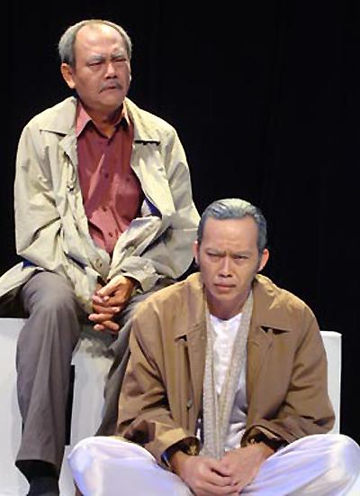 """Nghệ sĩ Hoài Linh (phải) trong vai ông Tư của vở """"Dạ cổ hoài lang""""."""