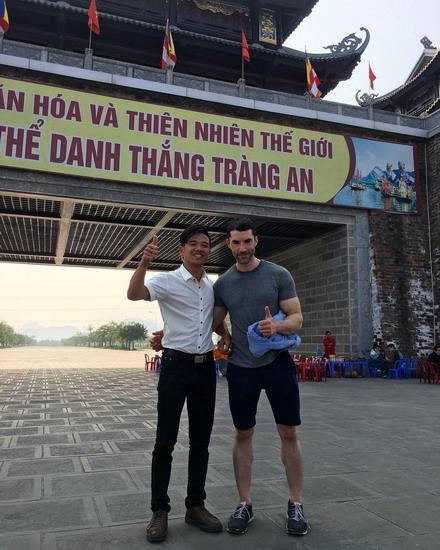 Giám đốc sản xuất Alex Garcia chụp ảnh cùng một người bản địa ở lối vào danh thắng Tràng An. Ảnh: Instagram Alex Garcia.