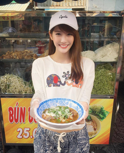 Joyce Chu khoe ảnh thưởng thức món ăn Việt Nam.