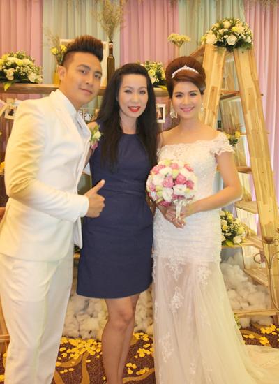 Nghệ sĩ Ưu tú Trịnh Kim Chi (phải) dành thời gian đến chúc mừng đàn em.