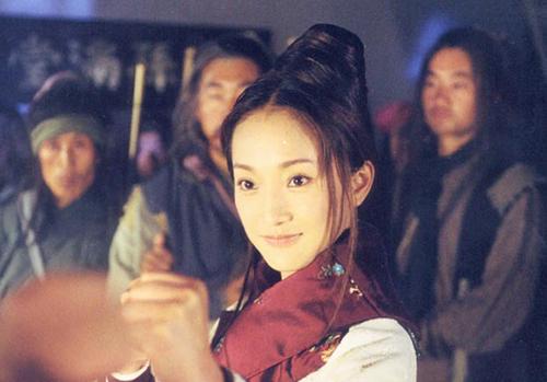 Với vai Hoàng Dung, Châu Tấn được Kim Dung đánh giá cao hơn Ông Mỹ Linh.Nếu bạn đã đọc truyện của tôi thì sẽ thấy Châu Tấn diễn rất đạt, cô ấy cũng rất đẹp. Nhiều người chê Châu Tấn có lẽ vì ký ức quá sâu đậm với vai diễn của Ông Mỹ Linh