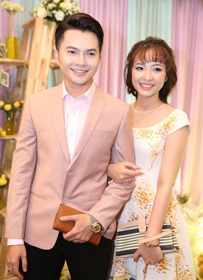 Nam Cường dẫn vợ mới cưới đi dự tiệc. Nam ca sĩ vừa bất ngờ kết hôn vào