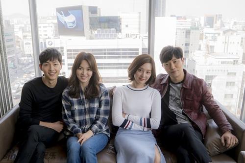 Từ trái sang, các diễn viên Song Joong Ki, Song Hye Kyo, Jin Goo, Kim Ji Won tại buổi họp báo chiều 16/3.