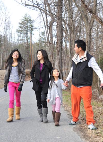 Diễn viên Quang Minh (phải) rất thương hai con gái.