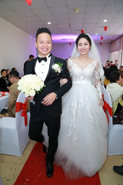 Trà My nhờ chuyên gia trang điểm John Kim, người đã đồng hành cùng cô trong Hoa hậu Hoàn vũ Việt Nam chăm chút cho nhan sắc trong ngày lên xe hoa.
