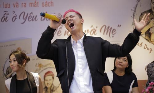"""Thanh Duy lần đầu tiên thể hiện ca khúc """"Lỗi ở yêu thương"""" tại buổi giao lưu sách."""