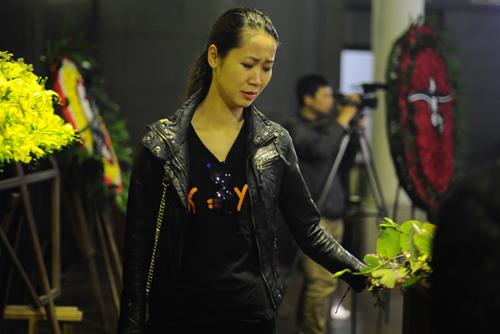 Người đẹp Dương Thuỳ Linh đau xót khi bước qua linh cữu của Trần Lập.