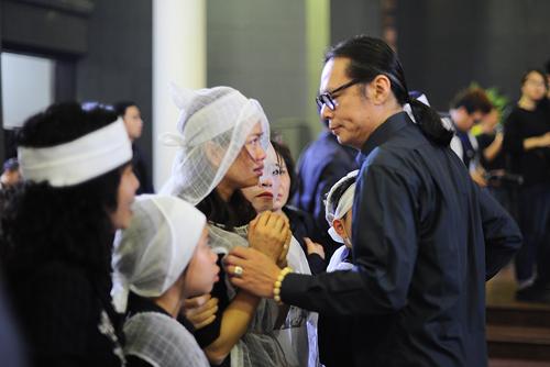 Sáng 23/3 tại Nhà tang lễ Bộ quốc phòng, nhiều sao Việt tới chia buồn với gia đình Trần Lập. Đạo diễn Trần Lực dành lời động viên chị Mai Hoa - vợ nam ca sĩ - cố gắng vượt qua nỗi đau.