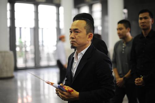 Nhạc sĩ Quốc Trung cùng bạn bè tới viếng Trần Lập.