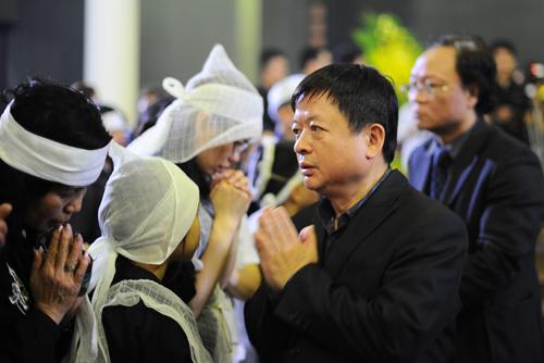 Nhà thơ Đỗ Hồng Quân đại diện Hội nhạc sĩ Việt Nam chia buồn cùng gia quyến.