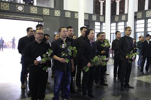 Các thành viên Bức Tường cầm hoa ban trắng gửi đến Trần Lập. Đây là loài hoa từng được anh lấy cảm hứng sáng tác nên ca khúc cùng tên.