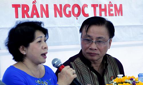 Bà Huỳnh Thị Xuân Hạnh (trái)