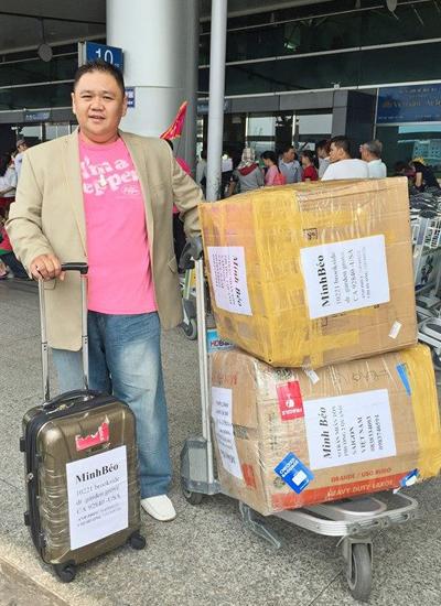 Diễn viên Minh Béo chụp ảnh ở sân bay Tân Sơn Nhất TP HCM khi