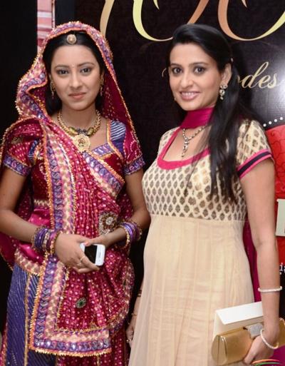 Smita Bansal (phải) và