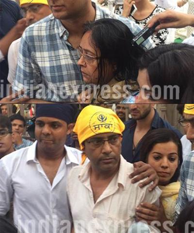 Mẹ và bố (người đeo khăn vàng, ảnh dưới)Pratyusha không đứng vững t