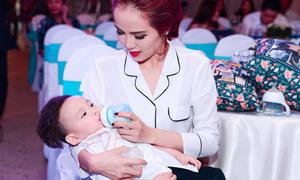 Hoa hậu Diễm Hương chăm con ở sự kiện