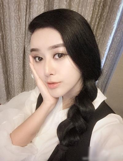 Nổi tiếng với vẻ ngoài nhiều nét giống minh tinh họ Phạm, Hà Thừa Hy được mời tham gia các sự kiện thời trang, thương mại. Cô ấp ủ giấc mơ làm ca sĩ qua chương trình Super Girls.