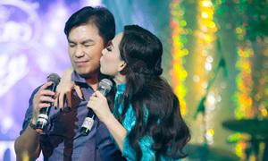 Mạnh Quỳnh nhắm mắt ngại ngùng khi Phi Nhung ôm hôn