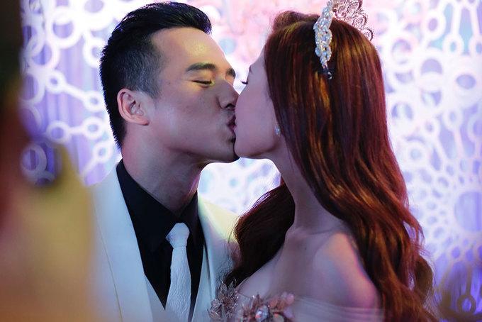 Lương Thế Thành hôn Thúy Diễm trong tiệc cưới