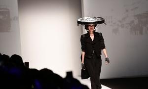 Xuân Lan catwalk mở màn show Kelly Bùi ở Thượng Hải