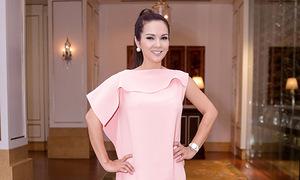 Hoa hậu Kiều Khanh bắt kịp xu hướng gam hồng thạch anh