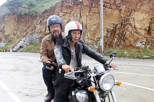 phim-lat-mat-2-co-canh-phong-moto-tu-may-bay-xuong-dat