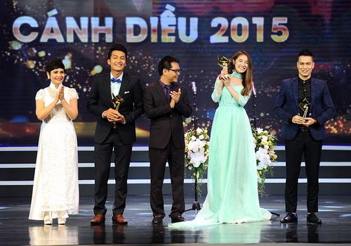 """Nhã Phương (váy xanh) được vinh danh ở hạng mục """"Nữ diễn viên chính xuất sắc trong phim truyền hình"""" với vai diễn trong phim """"Tuổi thanh xuân"""". Ảnh: Giang Huy."""