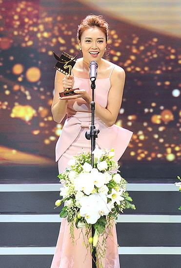 """Lan Ngọc nhận giải """"Nữ diễn viên chính xuất sắc trong phim điện ảnh"""". Ảnh: Giang Huy."""
