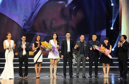 """Đoàn phim """"Tuổi thanh xuân"""" lên sân khấu nhận giải Cánh Diều Vàng cho phim truyền hình hay nhất. Ảnh: Giang Huy."""