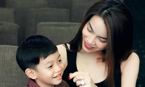Hà Hồ cưng nựng con trai trong buổi tập nhạc