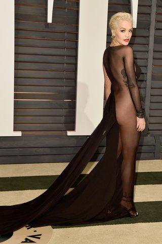 Rita Ora có màn khoe thân bốc lửa trong một thiết kế táo bạo của Donna Karan ở tiệc hậu Oscars năm 2015.