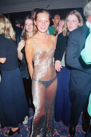 Kate Moss từng gây chấn động khi xuất hiện với bộ váy trong suốt chỉ mặc độc chiếc quần nhỏ ở tiệc Elite Models 1993.
