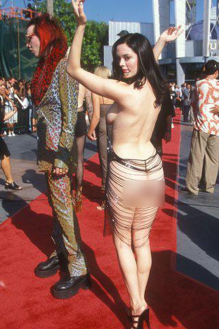 Màn khoe thân thảm họa củaRose McGowan tại VMA Awards 1998.