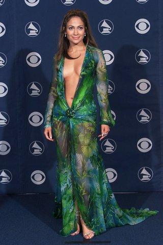 Thảm đỏ Grammy 2000 từng được hâm nóng bởi sự xuất hiện của Jennifer Lopez trong bộ đầm khoét rộng của Versace.