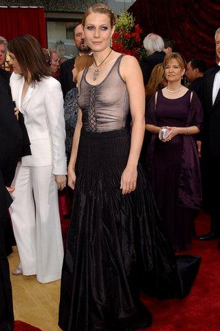 Chọn thiết kế của Alexander McQueen lên thảm đỏ Oscar 2002, Gwyneth Paltrow không hề che chắn vòng một.