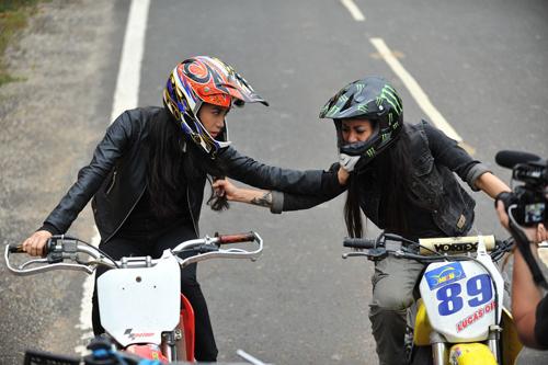 Trương Ngọc Ánh (trái) và Maria Trần trong một cảnh truy sát trên mô tô.