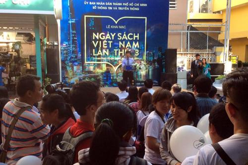 Hàng trăm bạn trẻ đến với Đường Sách TP HCM để tham gia các hoạt động của Ngày Sách. Ảnh: Quách Thu Nguyệt
