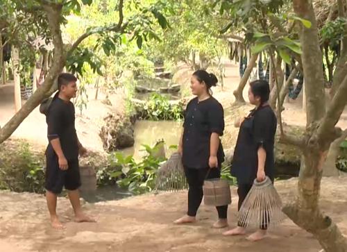 dien-vien-xiec-khong-xuong-tro-tai-uon-deo-ban-cung-bang-chan-9