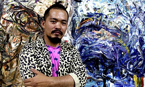 Nguyễn Quốc Dân đã định hình phong cách riêng của mình bằng việc cho ra đời cái tên Phi Lập Thể với phong cách thể hiện tác phẩm bằng dây màu.
