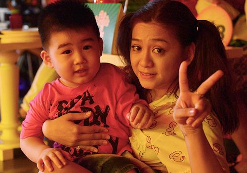 Diễn viên Mai Ka (phải) là con gái đầu của nghệ sĩ Kim Tử Long.