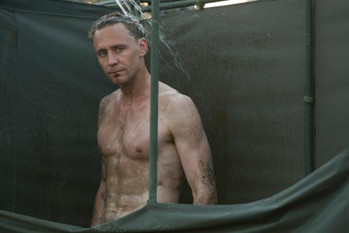 loki-tom-hiddleston-tiep-tuc-gay-xon-xao-voi-canh-thoat-y