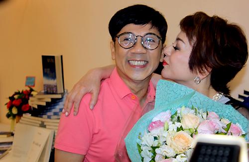 Nghệ sĩ Ưu tú Thành Lộc (trái) đến chúc mừng tự truyện của Ái Vân.