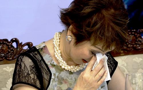 Danh ca Ái Vân khóc nghẹn khi nhắc về đổ vỡ hôn nhân.