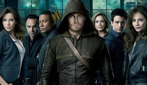 """Paul Blackthorne (thứ hai từ trái sang) cùng dàn diễn viên chính của phim truyền hình """"Arrow"""" (Mũi tên xanh)."""