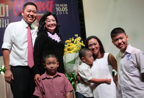 NSND Kim Cương bên con trai (trái) cùng con dâu và các cháu.