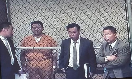 Diễn viên Minh Béo (áo cam) tại buổi luận tội. Từ trái qua: thông dịch viên của Minh Béo, luật sư Đỗ Phủ và luật sư Anh Tuấn do gia đình diễn viên thuê. Ảnh: Ngọc Lan chụp qua màn hình.