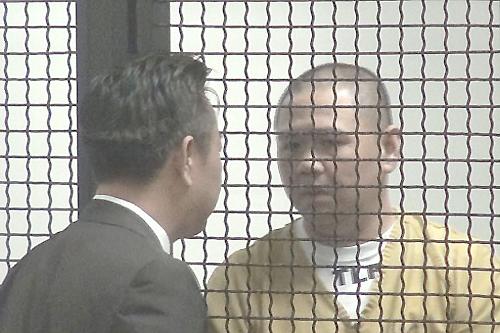 Diễn viên Minh Béo (phải) xuống tóc khi xuất hiện lần thứ hai ở tòa trong phiên điều đình vào sáng 13/5 (giờ California, Mỹ)o. Ảnh: Ngọc Lan.